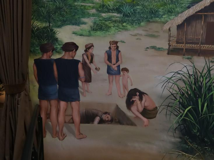 풍속 : 십삼행 사람들의 무덤은 주로 옆으로 눕혀서 매장한 것을 볼 수 있습니다. 머리는 남서쪽을 향해있고 얼굴은 북서쪽을 향해있습니다. 도기, 진주 장식품, 금속 제품 등 사용했던 물건도 같이 매장했습니다. 이외에, 발굴된 인간의 뼈 연구에 따르면, 십삼행 사람들은 대만 원주민과 매우 비슷합니다. 빈랑(檳榔) 나무 열매를 씹고 담배를 피우며 사람들과 이야기하며 밥을 먹었습니다.